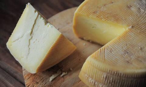 Τυλίγετε με μεμβράνη το τυρί και το βάζετε στο ψυγείο; Σταματήστε αμέσως (photos)