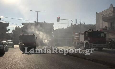 Λαμία: Αυτοκίνητο πήρε φωτιά σε φανάρι - Συγκλονιστικές εικόνες