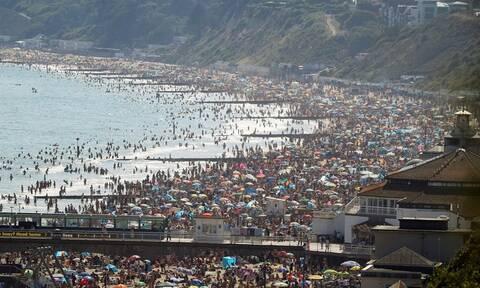 Κορονοϊός Βρετανία: Αρνούνται να κρατήσουν αποστάσεις - Χαμός στις παραλίες