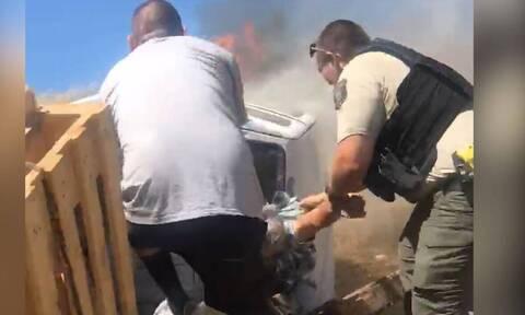 Βίντεο: Δραματική διάσωση οδηγού που εγκλωβίστηκε σε φλεγόμενο όχημα