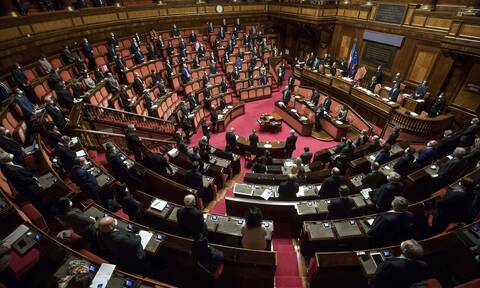 Ιταλία - Απίστευτες εικόνες στο κοινοβούλιο: Έβγαλαν «σηκωτό» έξω βουλευτή