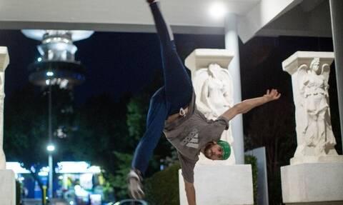 Θεσσαλονίκη: Χορεύοντας Breakdance στη «σκιά» των αγαλμάτων