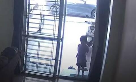 Σοκαριστική στιγμή: Κοριτσάκι πέρασε μέσα από τζαμαρία (pics)