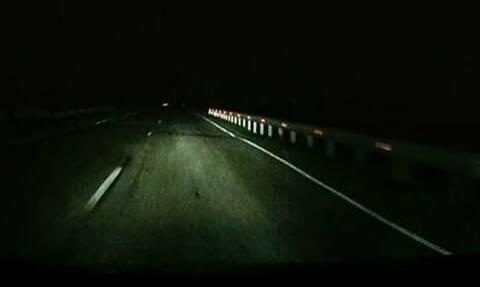 Τρόμος για οδηγό! Έπαθε σοκ με αυτό που του επιτέθηκε σε σκοτεινό δρόμο
