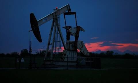 Πέφτει ξανά η τιμή του αργού πετρελαίου εν μέσω της ανησυχίας για την πανδημία