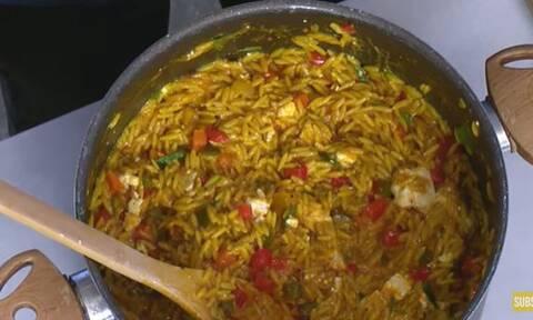 Άκης Πετρετζίκης: Σήμερα ετοιμάστε κριθαράκι ολικής με ντομάτα και βασιλικό