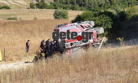 Συναγερμός στην Αχαΐα: Ανετράπη πυροσβεστικό όχημα - Δύο τραυματίες (pics)