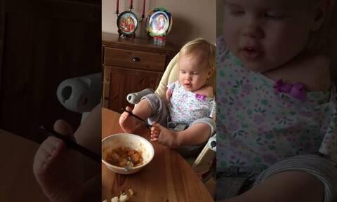 Viral βίντεο - Μικρούλα που γεννήθηκε χωρίς χέρια τρώει μόνη της