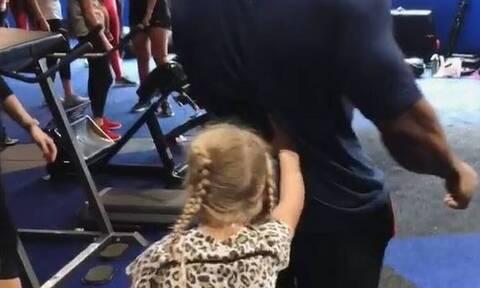 Χαμός με ένα 7χρονο κορίτσι – Δείτε γιατί «κράζουν» τη μητέρα της (photos)