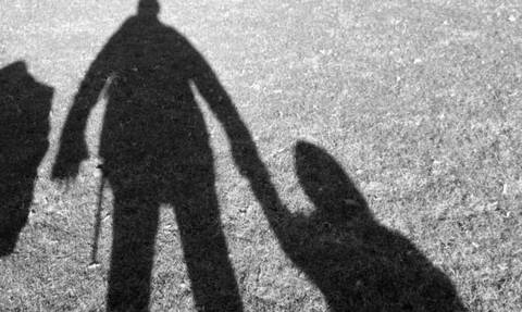 Η σοκαριστική στιγμή που άνδρας αρπάζει παιδί από παιδική χαρά