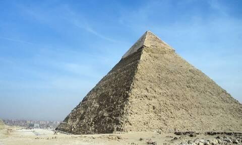 Ζευγάρι δημιούργησε τη Μεγάλη Πυραμίδα της Γκίζας στην αυλή του (video)