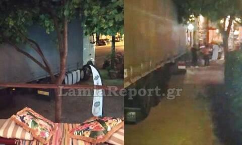 Θρίλερ στην Αμφίκλεια: Νταλίκα σκόρπισε τον πανικό στην πλατεία