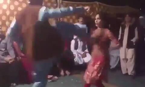 Εικόνες σοκ: Άνδρας κλωτσά χορεύτρια στο στήθος - Απίστευτος ο λόγος (pics+vid)