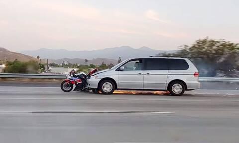 Απίστευτο: Χτύπησε μοτοσικλέτα και την έσερνε για χιλιόμετρα!