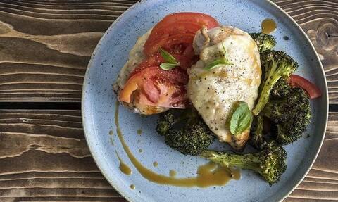 Άκης Πετρετζίκης: Σήμερα δοκιμαστε υπέροχο κοτόπουλο καπρέζε με μπρόκολο