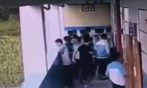 Βίντεο-σοκ: Μαθητής πέταξε από τον τέταρτο όροφο συμμαθητή του (video)