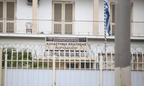 Χειροπέδες σε σωφρονιστικό υπάλληλο και δημοτικό αστυνομικό - Έβαζαν ναρκωτικά στον Κορυδαλλό