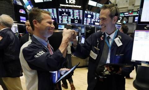 Άνοδος και... ρεκόρ δεκαετιών στη Wall Street - Πτώση στο πετρέλαιο