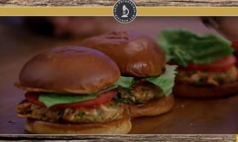 Άκης Πετρετζίκης: Μοναδικό burger σολομού