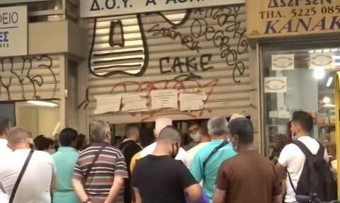 Κορονοϊός: Αστυνομία στη ΔΟΥ Αθηνών μετά τις μεγάλες ουρές