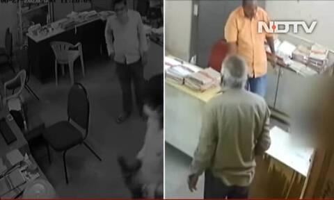 «Πλάκωσε» τη συνάδελφό του επειδή του είπε να φορέσει μάσκα (video)