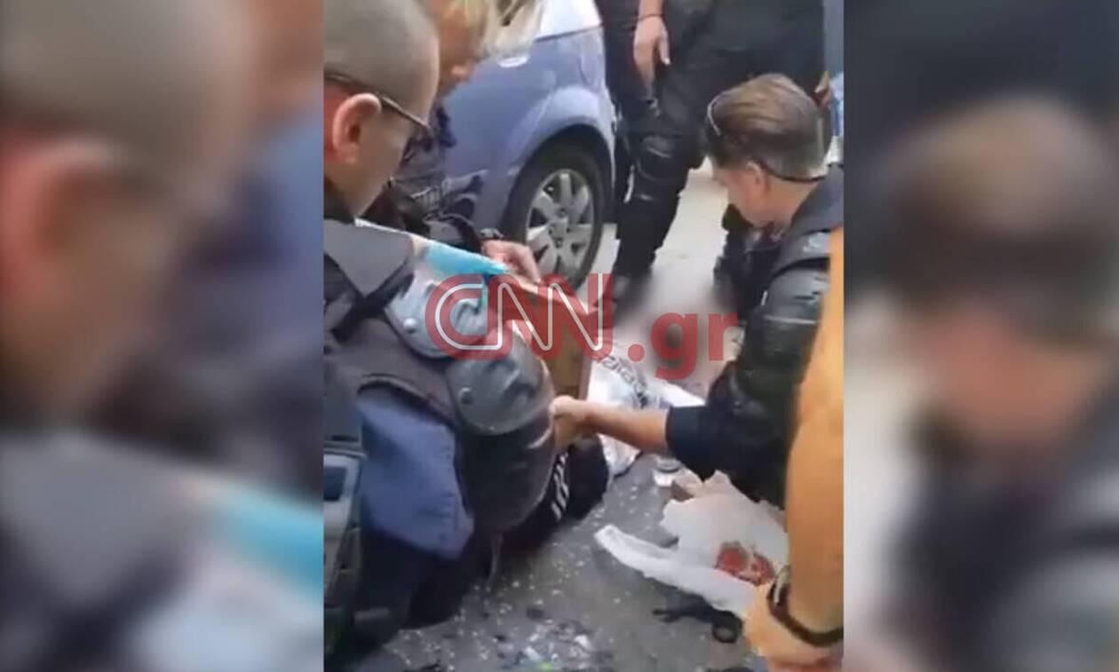 Καρέ - καρέ οι πρώτες βοήθειες αστυνομικών σε άνδρα που παρασύρθηκε από μηχανή