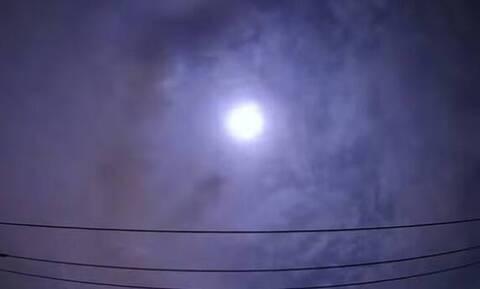 Έγινε η νύχτα… μέρα: Φωτεινή «βολίδα» έσκασε στον ουρανό