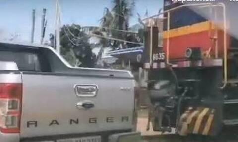 Τρένο συγκρούεται με φορτηγάκι -  Επέβαιναν 4 μικρά παιδιά και 2 γυναίκες