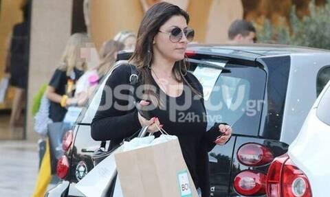 Απίστευτα αδυνατισμένη η Έλενα Παπαρίζου - Για ψώνια με κοντό σορτσάκι!