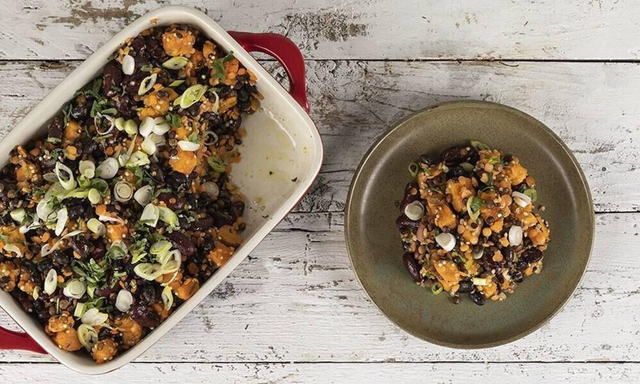 Μία τέλεια συνταγή από τον Ακη Πετρετζίκη: Γλυκοπατάτες με μαύρα φασόλια στον φούρνο