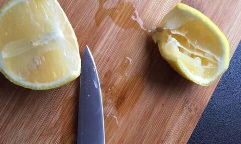 Έτριψε λεμόνι σε ξύλο κοπής - Θα το κάνετε άμεσα (vid)