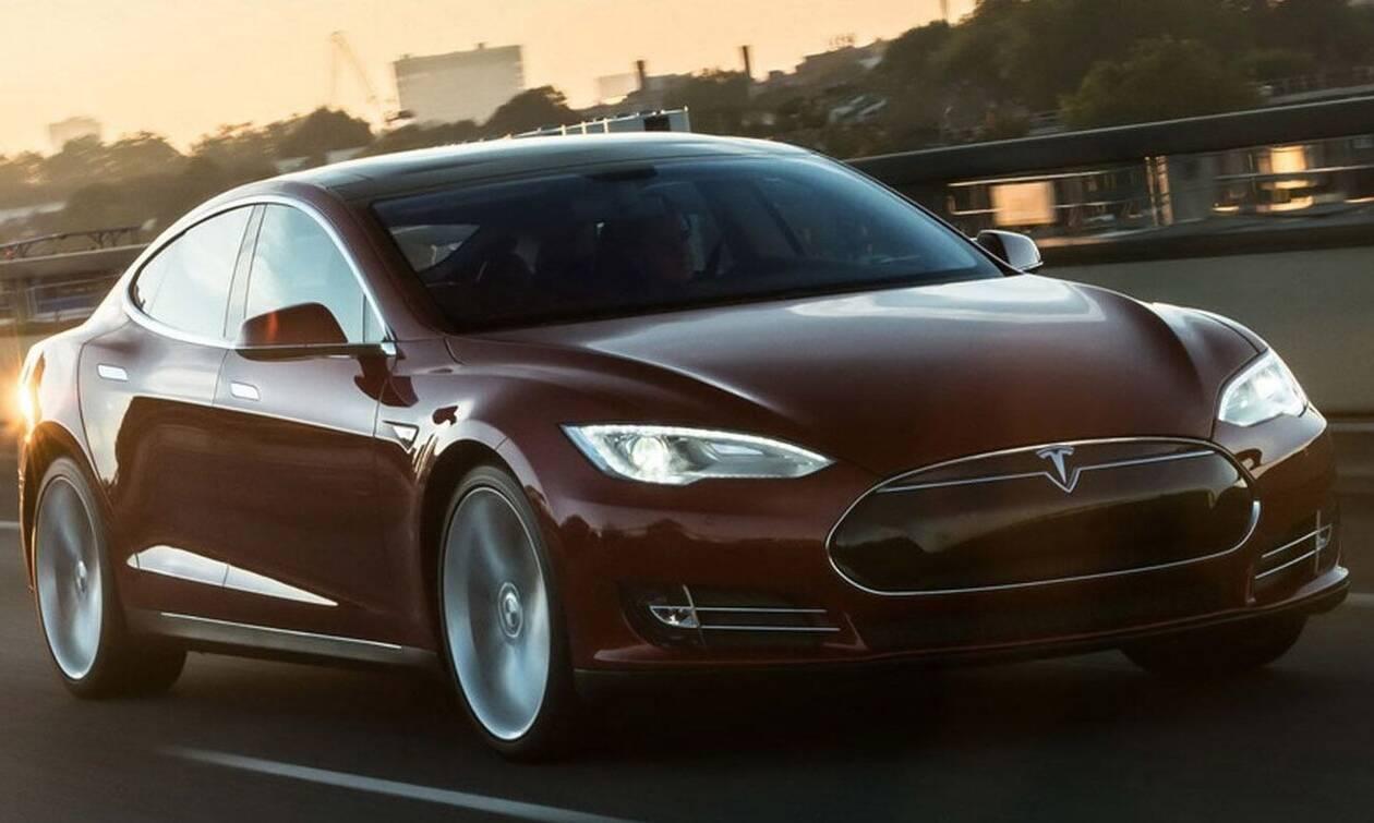 Στο στόχαστρο των αρχών οι αναφλέξεις στις μπαταρίες των πρώτων Tesla