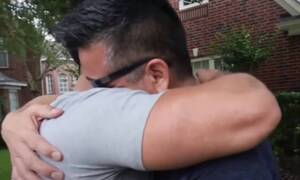 Γιος κάνει συγκινητικό δώρο στον πατέρα του - Δεν το περίμενε (vid)