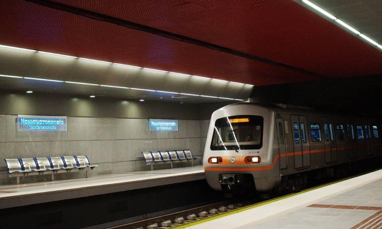 Αντρας έπεσε στις ράγες στον σταθμό του Μετρό «Νομισματοκοπείο»