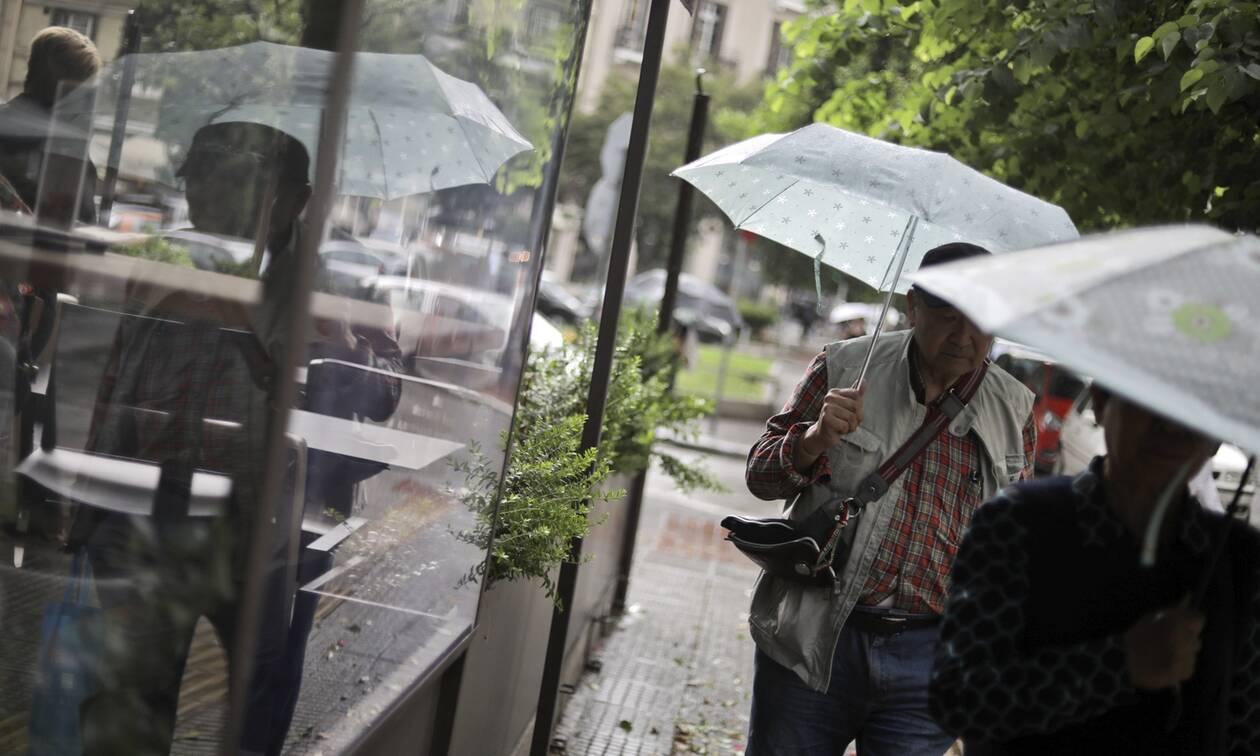 Καιρός: Σφοδρές καταιγίδες και χαλάζι - Ανοιξαν οι ουρανοί σε Μακεδονία, Θεσσαλία