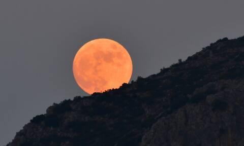 Πανσέληνος Ιουλίου: Απόψε το φεγγάρι του «Κόκκινου Ελαφιού»