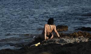 Η μελαχρινή που τράβηξε τα βλέμματα στην Ανατολική Αττική με το μαγιό της (photos)