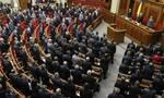 Πρώην υφυπουργός ανακοίνωσε νέο κόμμα φορώντας μόνο μαγιό (pics+vid)