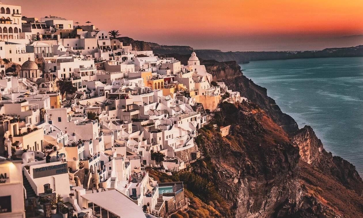Η Σαντορίνη προσκαλεί τους Έλληνες τουρίστες: «Είναι μία χρυσή ευκαιρία»
