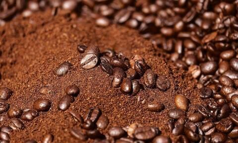 Βάζει καφέ σε αλουμινόχαρτο και ανάβει φωτιά - Θα το κάνετε αμέσως (vid)