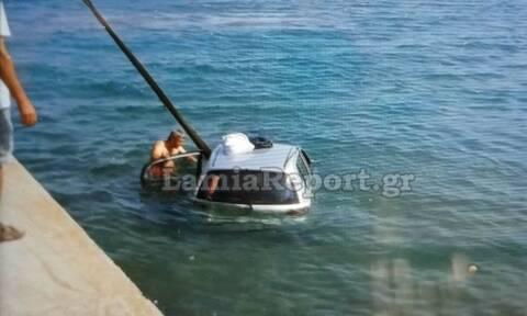 Συναγερμός στην Αρκίτσα: Αυτοκίνητο έπεσε στη θάλασσα - Τους έσωσε λιμενικός