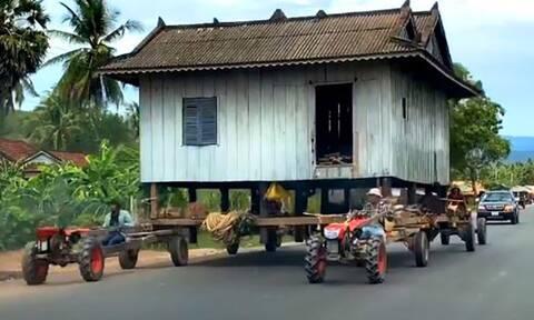 Αγρότες ένωσαν τα τρακτέρ τους για να μεταφέρουν ολόκληρο σπίτι (video)