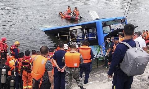 Τραγωδία στην Κίνα: Λεωφορείο έπεσε σε λίμνη - Τουλάχιστον 21 μαθητές νεκροί