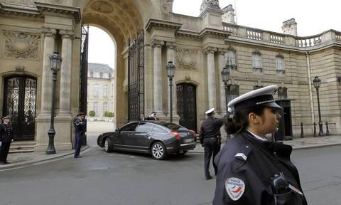 Γαλλία: Τόπλες διαμαρτυρία στο Ελιζέ κατά του ανασχηματισμού της κυβέρνησης Μακρόν (vid)