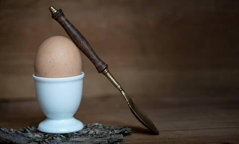 Έβαλε κουτάλι σε βρασμένο αυγό - Θα το κάνετε άμεσα (vid)