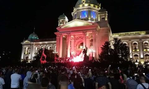 Κορονοϊός στη Σερβία: Αντιδράσεις για το νέο lockdown - Διαδηλωτές εισέβαλαν στη Βουλή
