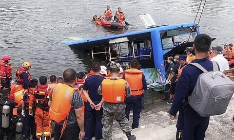 Τραγωδία στην Κίνα: Λεωφορείο «βουτάει» σε λίμνη - 21 μαθητές νεκροί (vid)