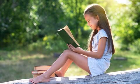 Τα καλύτερα παιδικά βιβλία για τις διακοπές: Λίστα για όλες τις ηλικίες