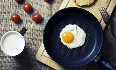 Βάζει στο τηγάνι αλουμινόχαρτο και ρίχνει αυγά - Δείτε το λόγο