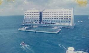 Το στοιχειωμένο ξενοδοχείο που επιπλέει στη θάλασσα – Δείτε τις φωτογραφίες